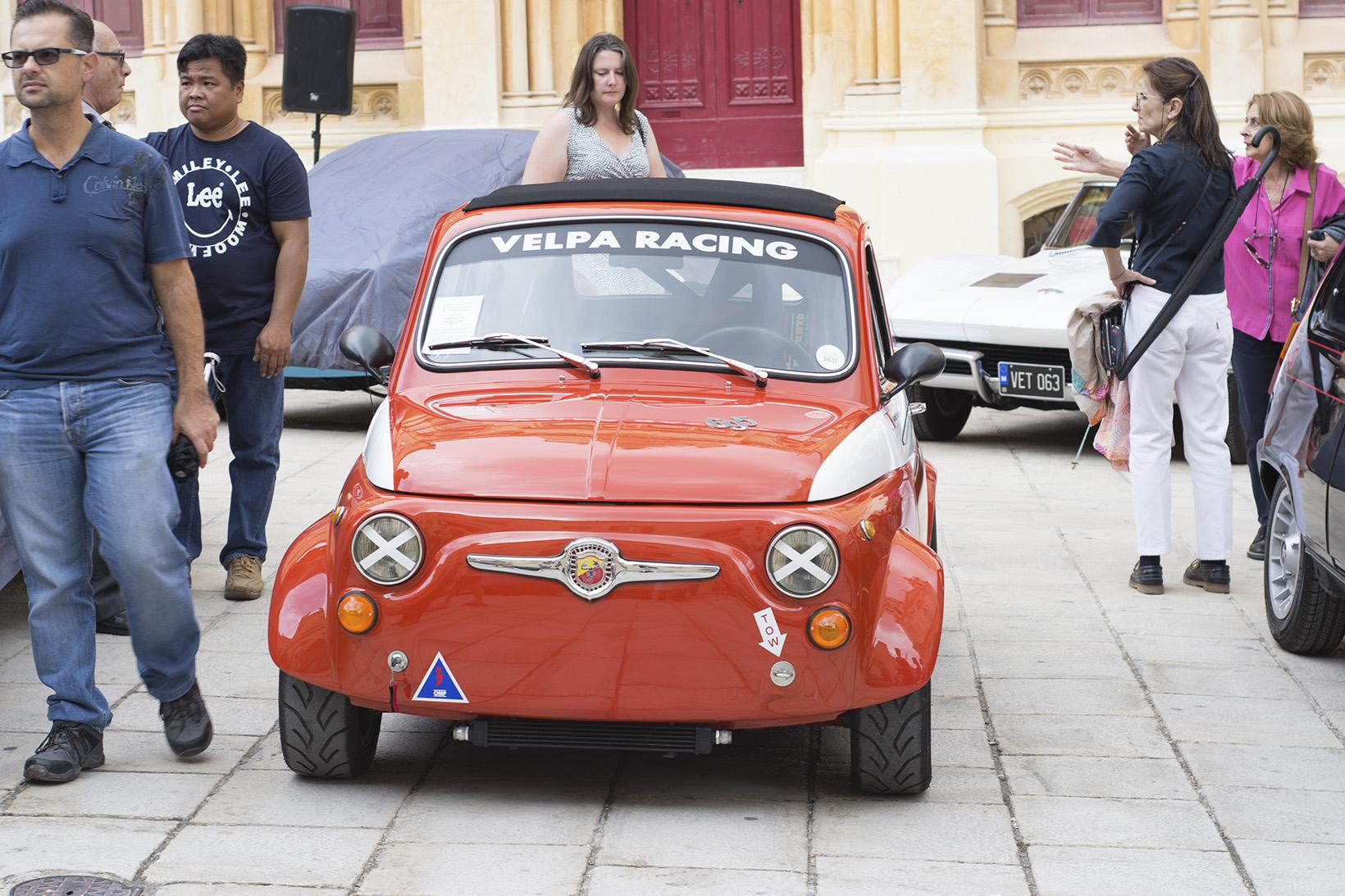 Червен ретро автомобил